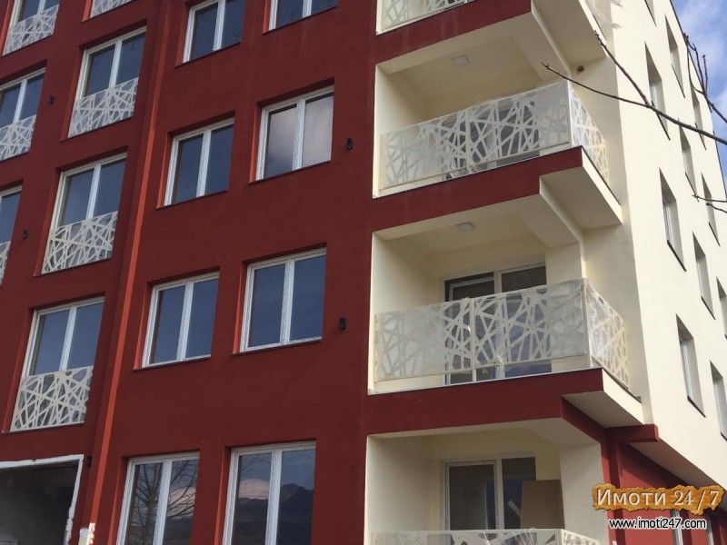 Se prodava stan na prizemje od 69 m2 + 50 m2 terasa okolu stanot + 66 m2 dvor + parking mesto